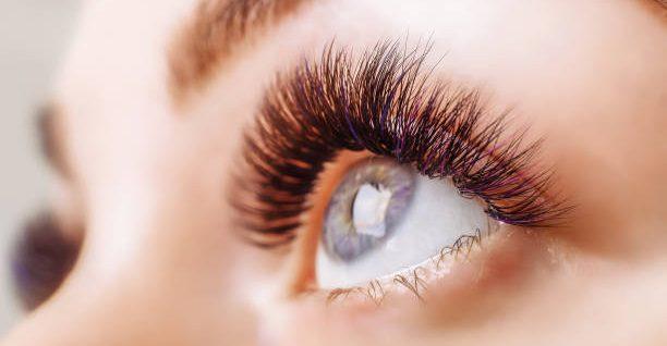 cils courbés yeux bleux mascara